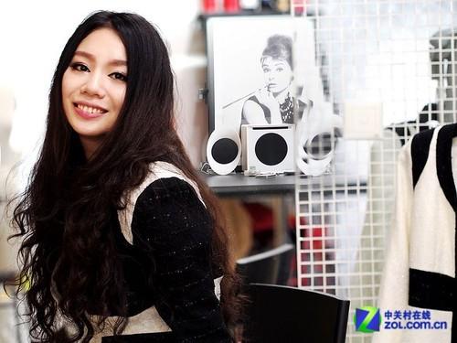 美女服装设计师钟爱麦博fc50音箱