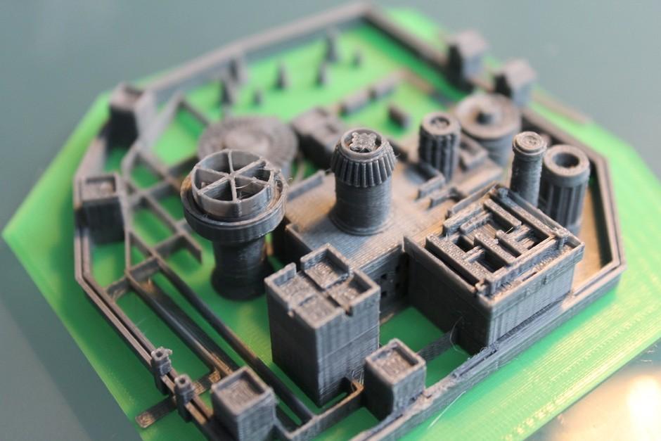这件令人印象深刻的小临冬城是由一位名叫Daniel Ammann的国外粉丝用3D打印机制作的,原型是TV版《权力的游戏》片头的截屏,不过遗憾的是这组模型中并未包含神木林。 现在作者已经更新了3D文件,如果你也有3D打印机,你也可以打印。 作者:赵新宇 2013-02-07 18:25