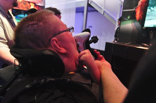 如此励志!E3展会残疾玩家用舌控玩《死或生5》