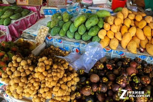 泰国普吉岛地处热带,因此这里的热带水果自然也是遍布大街小巷.