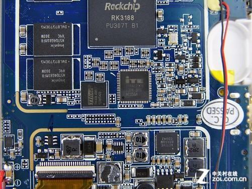 酷比魔方四核豌豆2采用了首款28nm HKMG国产四核A9 RK3188主控,其采用Global Foundries的28 SLP工艺,主频1608MHz(峰值主控达1.8GHz),电压1.35V相对较高。日常使用的最高主频为1416MHz,电压1.3V。最低主频312MHz,电压0.9V。CPU的二级缓存依旧是512KB,相对3066没有增加。GPU也是Mali-400 MP4。内存位宽也依旧是32bit,边上可以看到四核hynix的DDR3颗粒,单颗位宽8 bit,四颗总计32 bit。总体来说,相比