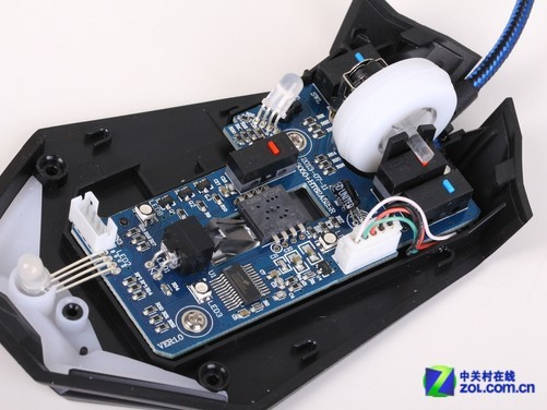 雷柯特追猎S560+游戏鼠标采用光学引擎制作,使用肉眼不可见的红外线光源为耳机提供照明。但由于鼠标内部设计有多个LED光源,加之鼠标位置未进行光线隔离设计,所以使用时可看到鼠标引擎成像透镜处有一定程度的漏光现象。 做工用料比拼一线品牌 在对雷柯特追猎S560+游戏鼠标外观进行全面了解后,再让我们来对其内部做工用料进行了解,看看雷柯特追猎S560+游戏鼠标,能否为我们带来除外观以外的其它惊喜。究竟是绣花枕头还是表里如一,马上为您揭晓。