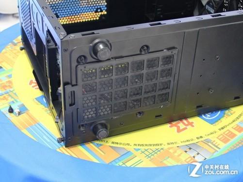 在今年美国拉斯维加斯CES2013展会上,酷冷至尊为大家带来了新的N系列机箱,其中的阿拉丁N200机箱采用小箱体设计,机身造型时尚简约,内部可支持MATX主板,同时能支持240冷排,在小机箱中还是很少见的,能够为用户提供更多的散热保障,加上U3接口、SSD安装位的等实用的功能,对于那些喜欢小机箱的玩家来说是个不错的选择。目前这款机箱在经销商处的报价为289元,感兴趣的消费者不妨来看看。