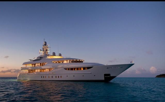 """当然,我们也完全不用担心卖掉了""""Lone Ranger""""之后的施密特如何出海,因为他旗下还有另外一艘195英尺长的""""Oasis""""超豪华游艇。据悉,该游艇价值7200万美元。"""