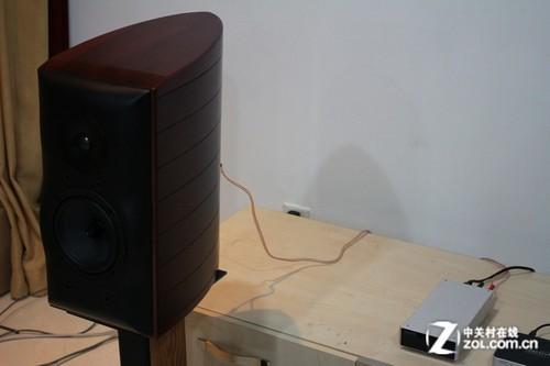每个音箱采用一个单声道放大器驱动