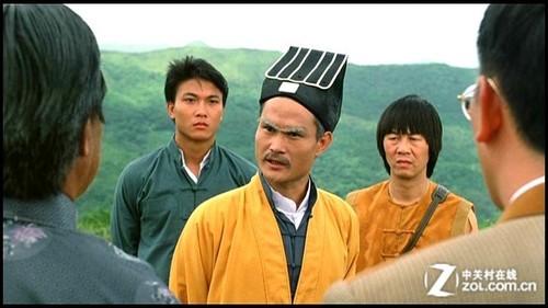 僵尸电影鼻祖演员林正英(左二为钱小豪)图片