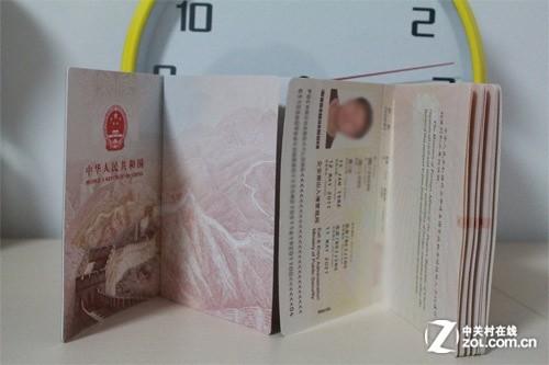 两本护照 封皮内页不同