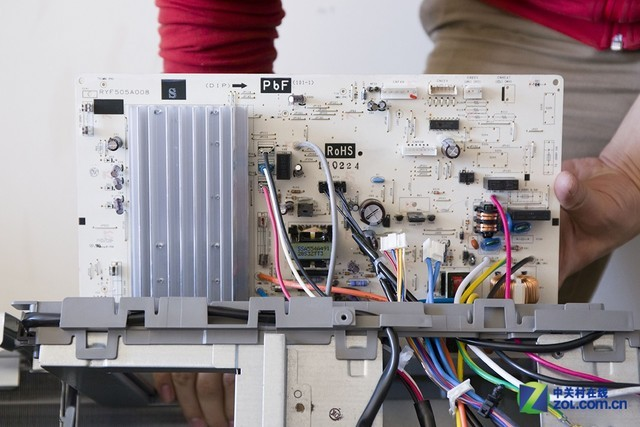 三菱重工srkab25hvbg空调电路板电子元件采用倒置,同样起到了防水效果