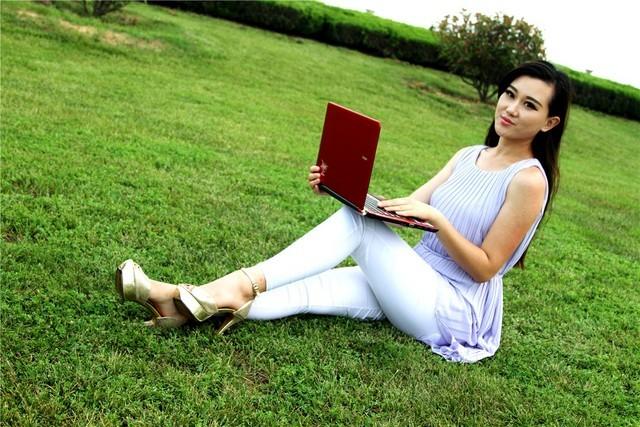 长腿性感美女与亮骚笔记本的精彩邂逅