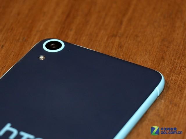 深蓝色后盖的HTC Desire 826是类肤质的手感,摄像头周边有一圈与侧面边框相同的淡蓝色环绕。1300万像素后置摄像头略微有些突起,但不是太明显。