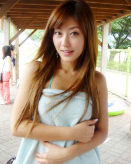 低胸衣超短裙手机拍摄的韩国清纯美女_手机