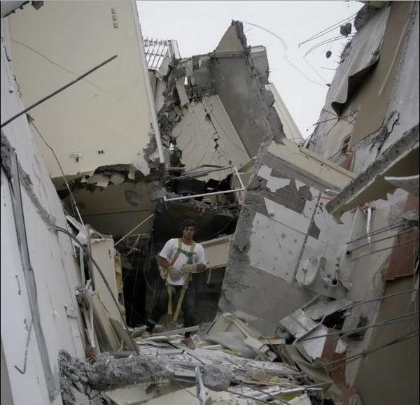 救援人员在倒塌的房屋废墟中寻找幸存者