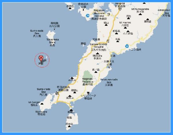 端岛,只是个在日本长崎海岸线附近的仅有70000平方米的石头岛屿,该岛坐落于向下直通海床的煤沉积层之上。  端岛   1890年,丰富的矿藏被发现后,三菱公司便从当地居民手中买下了端岛。端岛的辉煌也就此拉开序幕,在将近一个世纪内,它都是日本的主要煤矿产区之一。该岛坐落于向下直通海床的煤沉积层之上。  端岛地图   由于该岛距长崎将近30千米,对于三菱公司来说,与其每天接送员工上班,还不如就地修建房舍。四四方方的混凝土公寓楼一栋栋建起。由于空间有限,所以建筑物纷纷向上发展,而不是向外延伸。住户们挤在狭小不堪