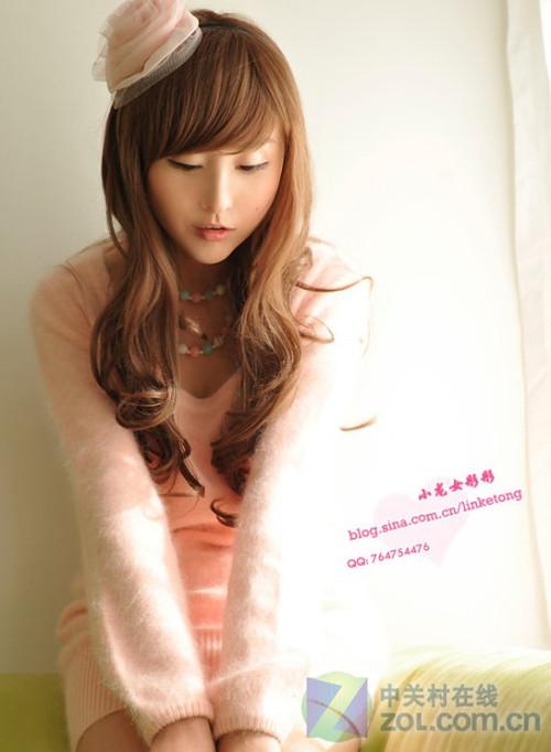 小龙女彤彤鼓励网友粉红毛衣秀美腿图片