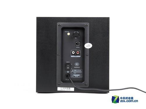 奋达E300低音炮采用了6.5英寸口径的低音单元,从箱体外观和参数上来看,E300所用的低音单元应该与奋达A系列产品类似。而且,在之前A系列音箱的评测中我们已经感受到了这个大家伙的强大,所以我们对E300的实力充满信心。 奋达E300低音单元箱体为正方形,整体配色依然是世博系列经典的红黑色,并且我们看到,前面板的金属格栅有效地保护了低音单元不受伤害,而且美观大方。值得一提的是,E300的低音炮箱体采用木质结构,可以很大程度上减小箱体内部的谐振,从而得到更为纯净的声音。