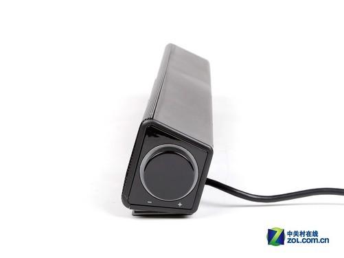 """奋达E300的""""卫星箱""""基本和E200相同,采用Soundbar结构模式,将两只单元整合在同一个箱体中,最大的优势就是节省桌面空间,同时仅需一根线即可与主箱连接,省去了传统2.1音箱布线繁琐的问题。另外我们看到,在Soundbar的侧面有个音量旋钮,它是用来控制整个系统音量的,而一般的2."""