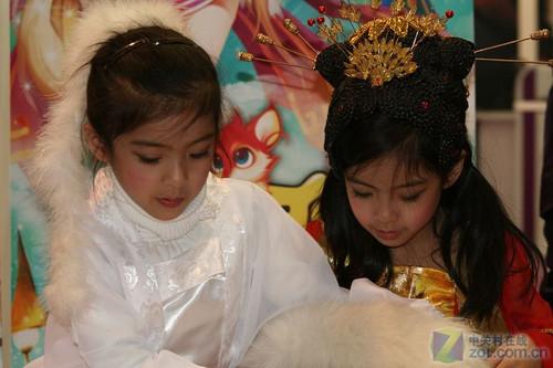 [美女]网博麒麟展台巨可爱双胞胎小女孩