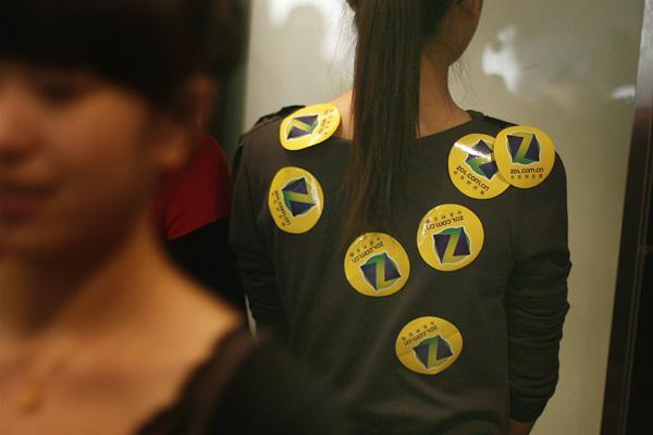 观众的打分通过贴在选手身上的ZOL Logo表示。