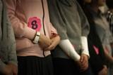 各位美女选手整齐列队,正在仔细听取评委的意见。