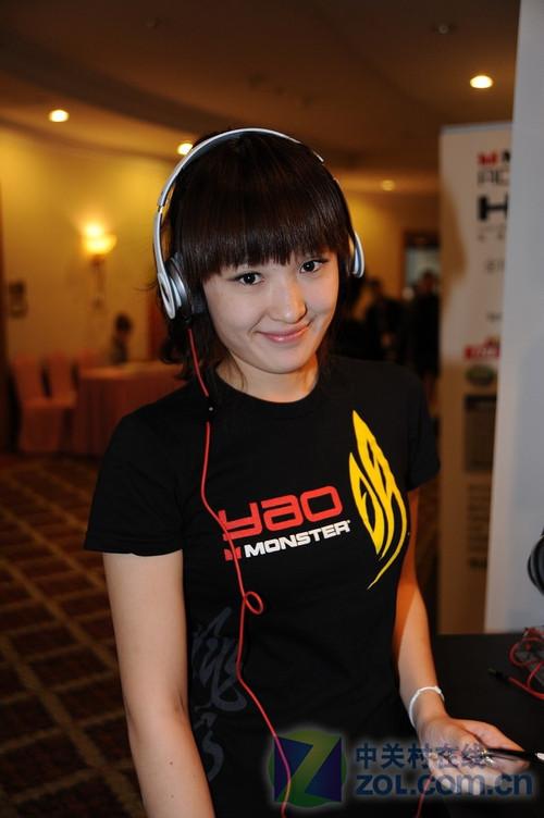北京音响展:清纯美女展示魔声时尚耳机