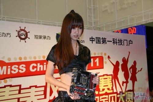 中关村在线展台 靓丽美女展示游戏装备