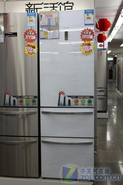 为何差价大?冰箱该如何挑选 好嘞,该第四样家用电器了,冰箱。对于储物需求的改变,三门冰箱逐步成为了市场的主流。看似简单的选择,却让用户难以琢磨,为啥?价格差距真是大,入门三门冰箱只要1299元,而在高端市场万元级别的三门冰箱比起多门冰箱还要贵。 为什么会有如此大的价格差距?第一压缩机的优劣对于冰箱依旧是关键。同时蒸发器、保温材料的选择也是价格差距的主要原因。此外,高端冰箱会配有更为智能的电脑控制系统,并将温度通过LED液晶屏实时显示。诸如西门子零度保鲜等技术,就是区分价格差距的一个主要原因。