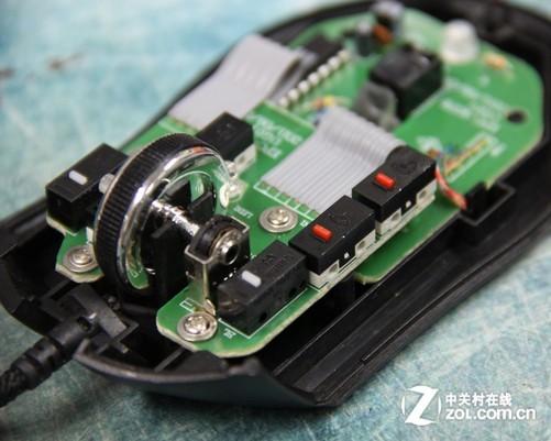 采用双层板件设计 新盟猛禽游戏鼠标采用两块电路板设计,上电路板上设计有鼠标微动开关和滚轮编码器,下电路板上固定有鼠标引擎和主控芯片、LOGO呼吸灯等元件。上下电路板之间采用软排线进行数据传输,保证电路板之间连接可靠,可以看出虽然是入门级游戏鼠标,但用料还是很扎实的。