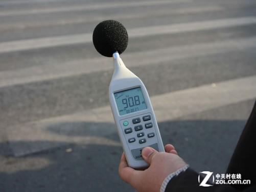 噪声计显示为90分贝噪音