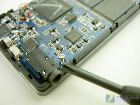 小心的起出电路板上的螺丝,拆下电路板.