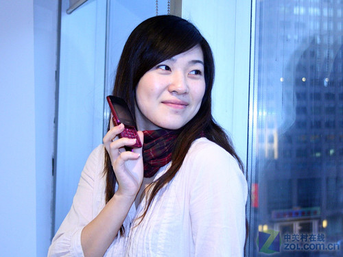 紫色化妆盒 看天语K-Touch X90诱惑美女